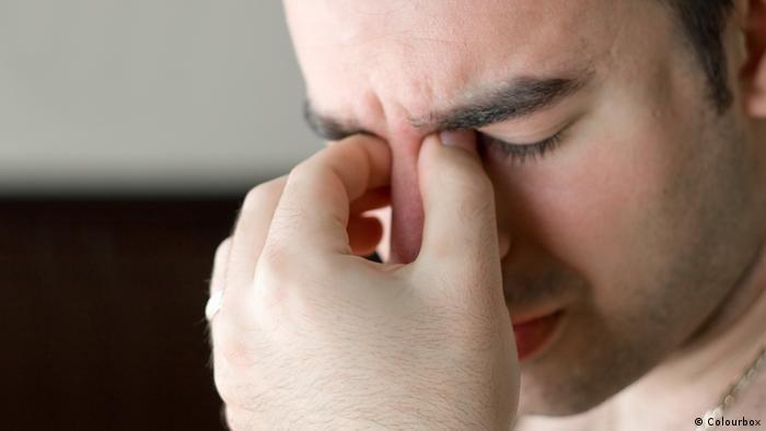 Junger Mann Kopfschmerzen (Colourbox)