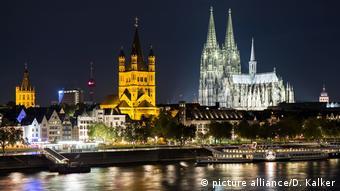 Deutschland - Kölner Rheinufer bei Nacht (picture alliance/D. Kalker)