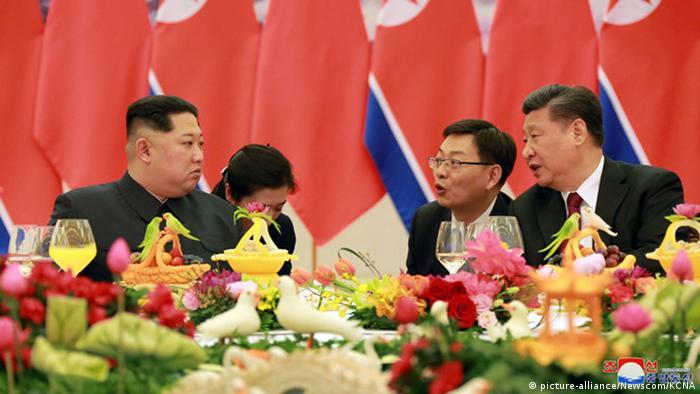 Kim Jong Un (l.) Ende März mit Chinas Präsidenten Xi Jinping (r.) (picture-alliance/Newscom/KCNA)