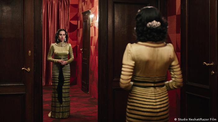 Filmstill: Sängerin Oum Kulthum vor Spiegel stehend (Studio Neshat/Razor Film)