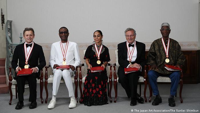 Regisseurin Shirin Neshat, zwischen 4 Männern auf Stühlen sitzend (The Japan Art Association/The Sankei Shimbun)