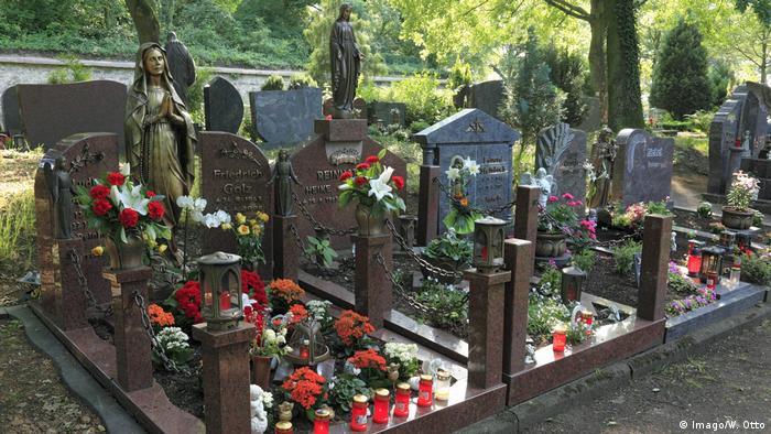 Graves in a cemetery (Imago/W. Otto)