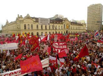 Thousands of demonstrators on the streets in Brazil