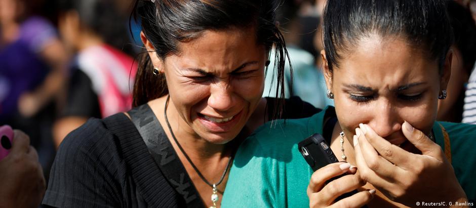Familiares de detentos diante da cadeia do Comando Geral de Polícia de Carabobo