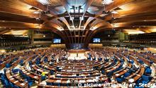 ARCHIV - 30.09.2015, Frankreich, Straßburg. Innenansicht in den Plenarsaal der Parlamentarischen Versammlung des Europarats. Foto: Patrick Seeger/epa/dpa +++(c) dpa - Bildfunk+++ |