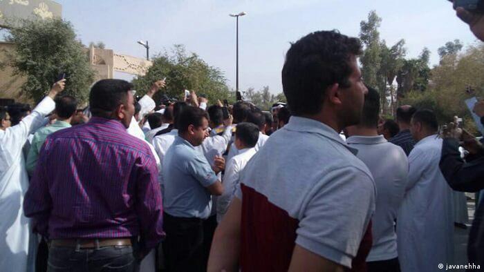 شهروندان عرب اهواز در اعتراض به آنچه آن را رفتارهای نژادپرستانه میخواندند، در برابر صدا و سیمای خوزستان تجمع کردند