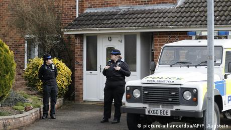 Police officer at the Skripal house in Salisbury (picture-alliance/dpa/AP/F. Augstein)