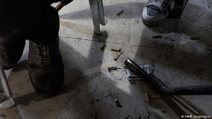 Cigarette butts on the floor of a cafe (DW/B. Gerdziunas)