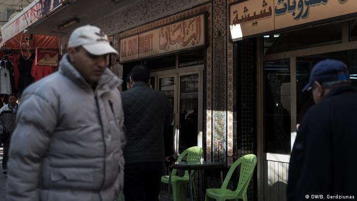 A man walking past a cafe in Tunis (DW/B. Gerdziunas)