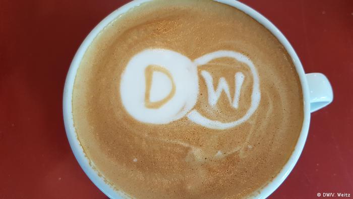 Логотип Deutsche Welle, нарисованный на кофе