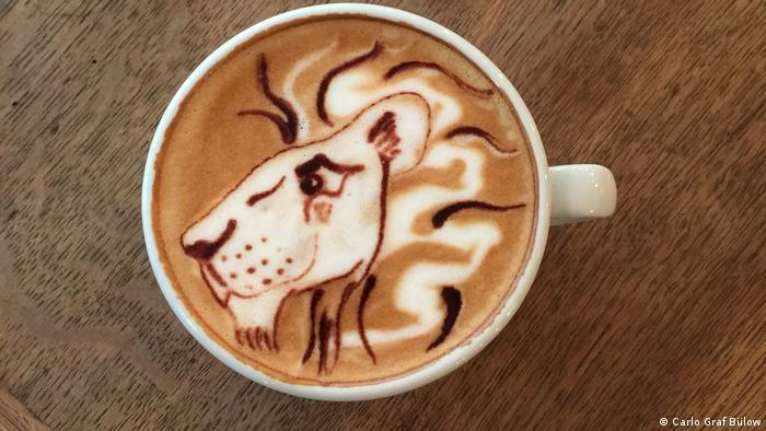 Лев, нарисованный на кофе
