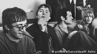 Στο δικαστήριο οι κατηγορούμενοι χασκογελούν και κρατούν τσιγάρο.