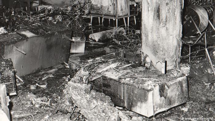 Ruínas após a explosão de bomba em loja