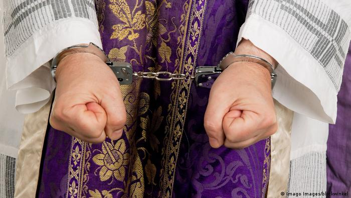 A priest in handcuffs (Imago/blickwinkel)