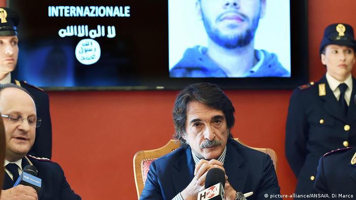 Italian police hold a press conference after the arrested of a suspected Islamic State supporter planning a terror attack. (picture-alliance/ANSA/A. Di Marco)
