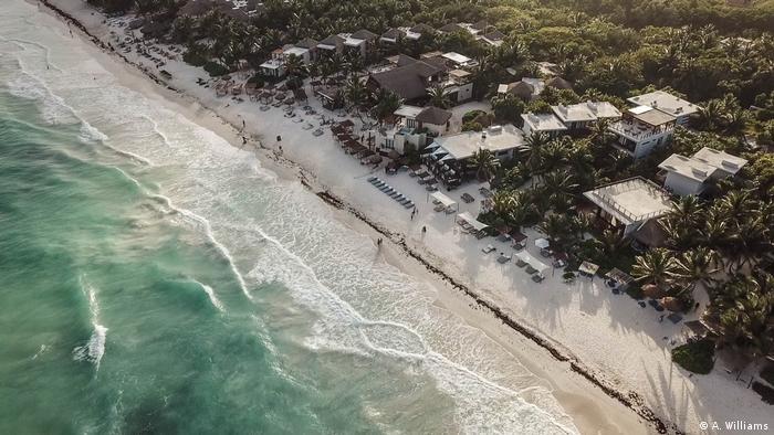 Blick auf den Strand von Tulum mit Hotels aus der Vogelperspektive