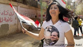 A supporter of El-Sissi wears a T-shirt with his picture on it (picture-alliance/AP Photo/A. Nabil)