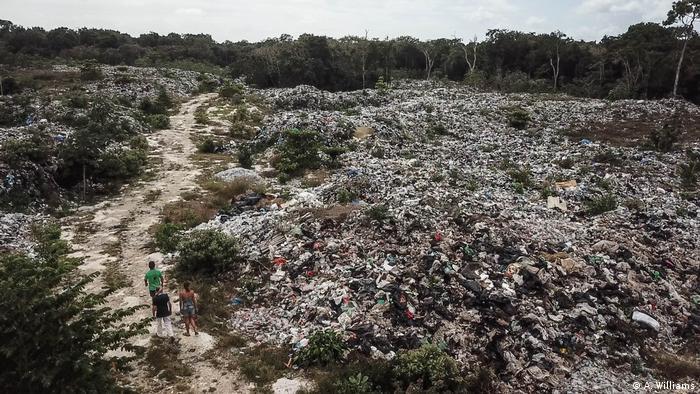 Foto einer großen Müllkippe mitten im Urwald