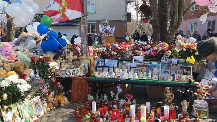 Импровизированный мемориал около сгоревшего ТРЦ Зимняя вишня в Кемерово