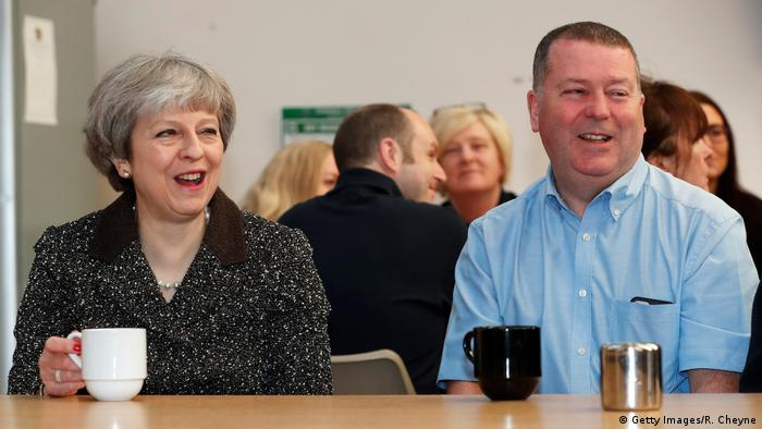 UK Symbolbild Brexit | Theresa May und Alex Begg (Getty Images/R. Cheyne)