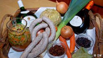 Zutaten für die Zubereitung der Blauen Zipfel, ein Bratwurstgericht aus Franken (Foto: Birkenstock)