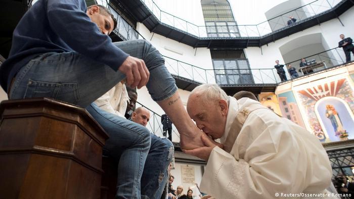 Vatikan Papst Fußwaschung Gründonnerstag (Reuters/Osservatore Romano)