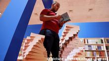 (180329) -- BAGHDAD, March 29, 2018 (Xinhua) -- A man reads a book at the International Book Exhibition in Baghdad, Iraq on March 29, 2018. Iraq on Thursday inaugurated the first Baghdad International Book Exhibition after the defeat of the Islamic State (IS) militant group. The 10-day exhibition is held at the Baghdad International Fair under the slogan of We read to promote ourselves. (Xinhua/Khalil Dawood) (zjy) | Keine Weitergabe an Wiederverkäufer.