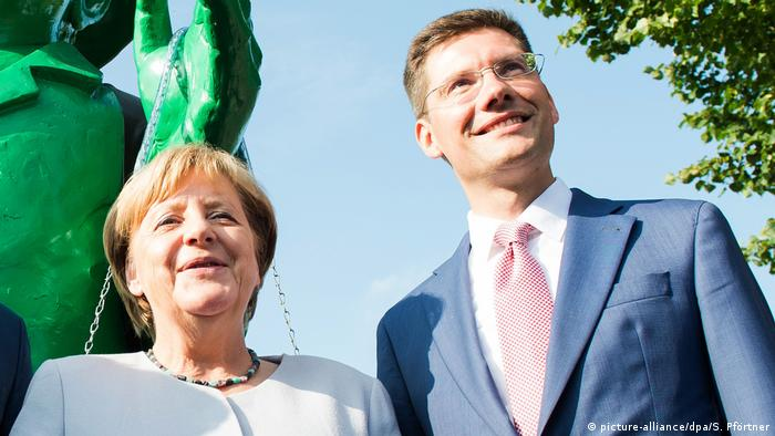 Angela Merkel and Christian Hirte in close-up (picture-alliance/dpa/S. Pförtner)