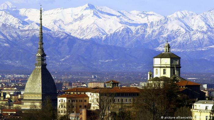 Blick auf die Dächer von Turin, im Hintergrund schneebedeckte Berge