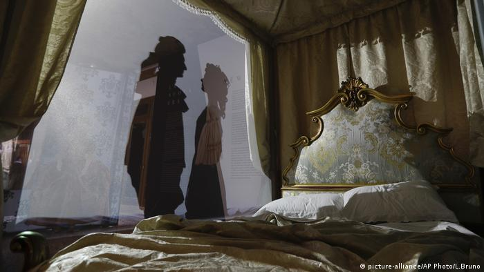An ornate bed with the shadows of a man and a woman. (picture-alliance/AP Photo/L.Bruno)