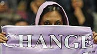 Iranische Frau mit Plakat mit der Aufschrift 'Change' - zu deutsch: 'Wechsel' (Foto: AP)