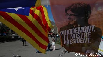 An estelada flag and a poster supporting Carles Puigdemont in Barcelona (Reuters/S. Vera)