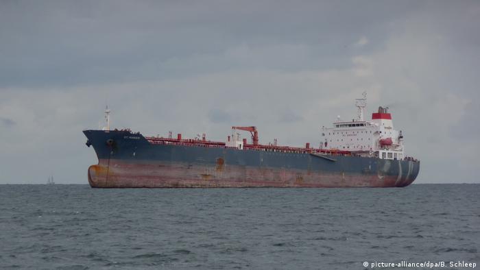 Symbolbild Tanker (picture-alliance/dpa/B. Schleep)