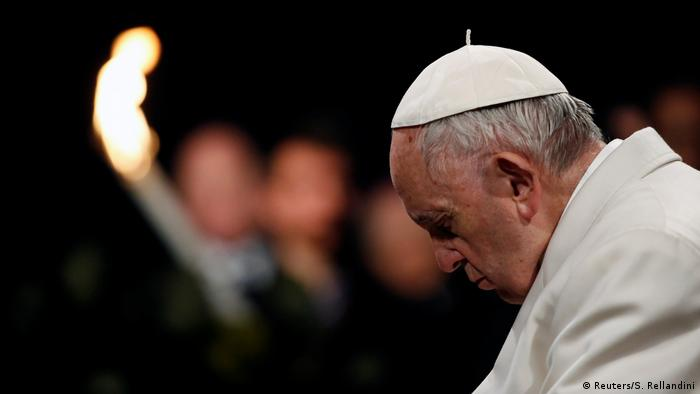 Papa Franjo pognute glave