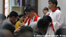 China Katholiken zelebrieren Messe zu Ostern (picture-alliance/dpa/A. Wong)