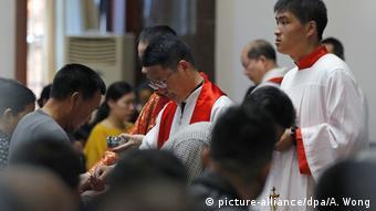 China Katholiken zelebrieren Messe zu Ostern (picture-alliance/dpa/A. Wong)