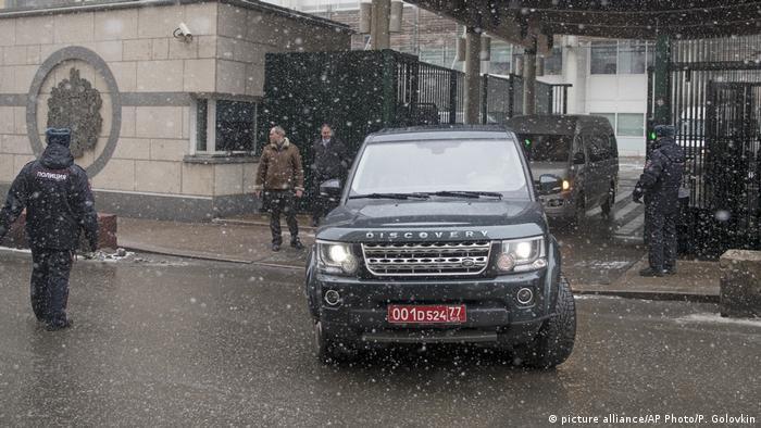 Russland Ein Auto verlässt die britische Botschaft in Moskau (picture alliance/AP Photo/P. Golovkin)