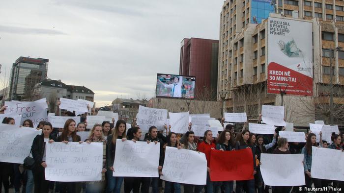 Priştina'daki Mehmet Akif Koleji öğrencileri, öğretmenlerinin gözaltına alınıp Türkiye'ye gönderilmesiyle ilgili olarak Perşembe günü bir protesto gösterisi düzenledi