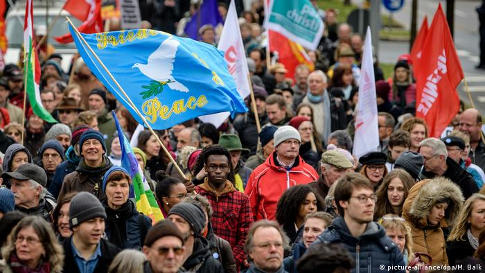 Protesters in Munich wave flags and march (picture-alliance/dpa/M. Balk)
