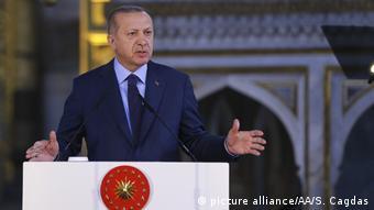 Ο Ερντογάν (εδώ στην Αγιά Σοφιά) κλιμακώνει τις λεκτικές προκλήσεις