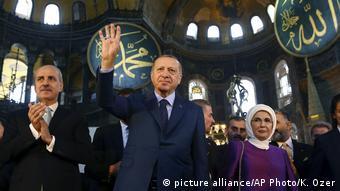 Ο πρόεδρος Ερντογάν μετά της συζύγου του Εμινέ στην Αγία Σοφία (31.3.18)