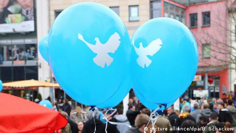 Peace doves on two blue balloons (picture alliance/dpa/B. Schackow)