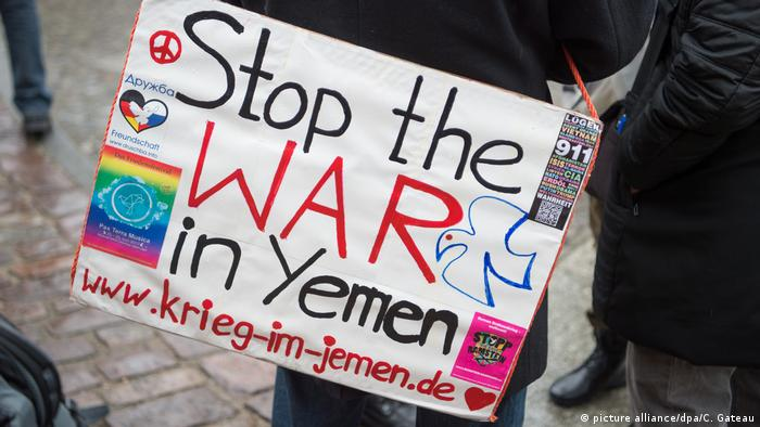 A sign calling to end the war in yemen is carried by a protester (picture alliance/dpa/C. Gateau)