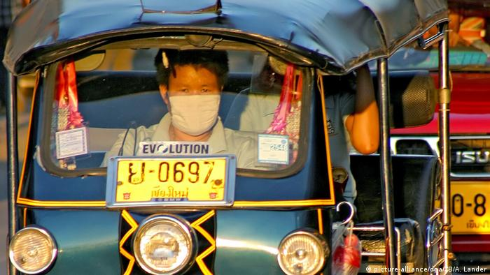 Thailand - Tuk-Tuk Taxi in Chiang Mai (picture-alliance/dpa/ZB/A. Lander)