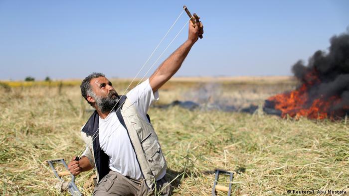 Palästinenser scghießt Steine auf israelische Truppen