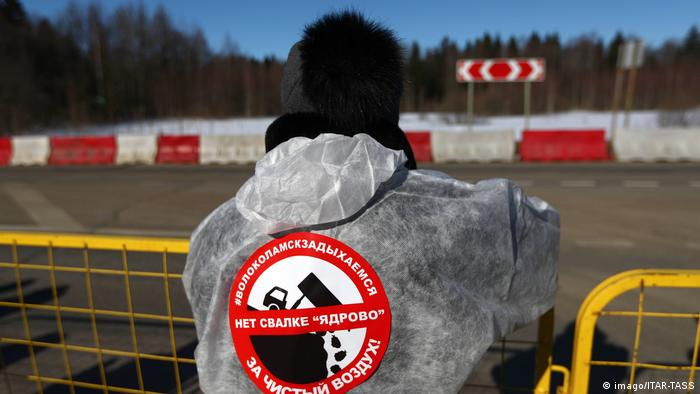 A man in Volokolomsk wearing a protest logo on his jacket