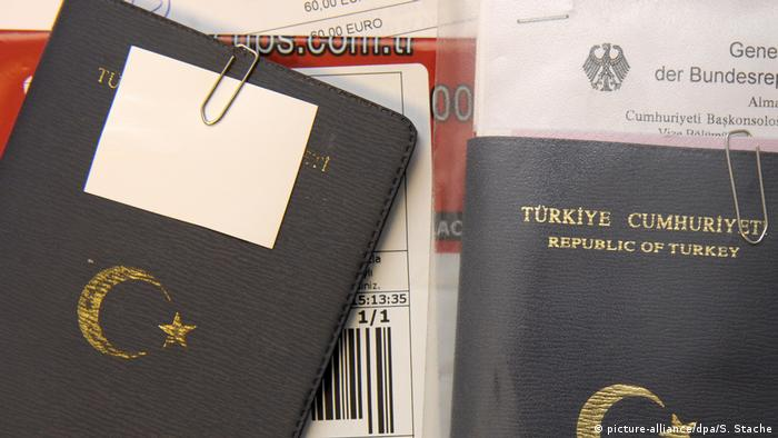 Turkish passports and German documents from the German Consulate in Istanbul (picture-alliance/dpa/S. Stache)