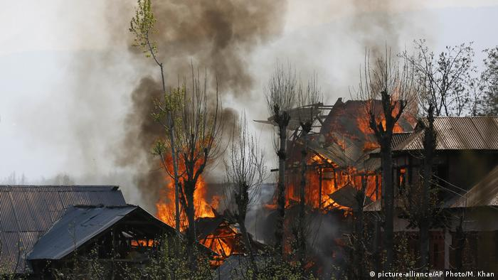Houses on fire during gun batte in Indian Kashmir (picture-alliance/AP Photo/M. Khan)