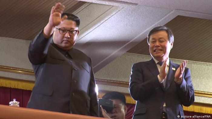 Kim Jong-un e o ministro da Cultura sul-coreano, Do Jong-whan, em Pyongyang