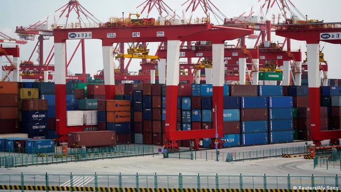 Contêineres em porto chinês